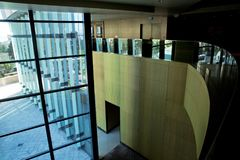 Bilden av fönster morden in kontorsbyggnadmitten, hotellet, shoppinggallerian, affärscentrum Arkivbilder