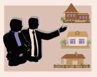 Bilden av fastighetsmäklaren och köparen i transaktionen Arkivbild