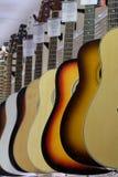 Bilden av gitarrer på ettfönster Arkivfoto