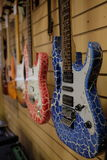 Bilden av gitarrer på ettfönster Fotografering för Bildbyråer