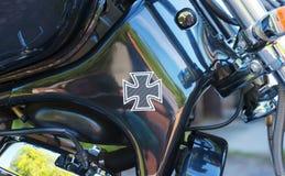 Bilden av korset på kromen polerade motobike Royaltyfria Bilder