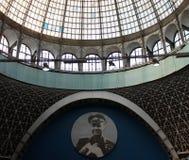 Bilden av kosmonautet Gagarin på en blå bakgrund, under kupolen Arkivfoto