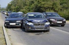 Bilden av kraschade bilar på stadsvägen Arkivfoto