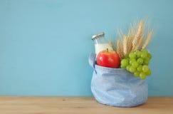 bilden av mjölkar och frukter Symboler av judisk ferie - Shavuot Arkivfoto