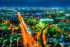 Bilden av nattstaden från höjden av ett flyg för fågel` s Arkivbild