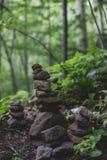 Bilden av negro spiritual stenar pyramiden i den mörka skogen på den Sakhalin ön fotografering för bildbyråer