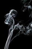 Bilden av rök på svart bakgrund Arkivbilder