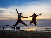 Bilden av två personer som är förälskade på solnedgången Fotografering för Bildbyråer