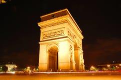 Bilden das Triomphe nachts einen Bogen Stockfotografie