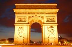 Bilden das Triomphe nachts einen Bogen Lizenzfreie Stockfotos