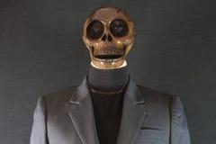 bilden för black för bakgrund 3d framförde den mänskliga skallen halloween dag eller spökefestival, spöke på dräkt Arkivfoton