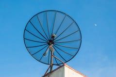 bilden för datoren för antennen 3d frambragda framför maträtten satelliten Arkivfoto