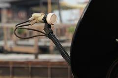 bilden för datoren för antennen 3d frambragda framför maträtten satelliten Arkivfoton