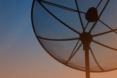 bilden för datoren för antennen 3d frambragda framför maträtten satelliten Royaltyfri Bild