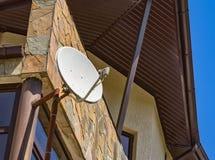 bilden för datoren för antennen 3d frambragda framför maträtten satelliten Arkivbild