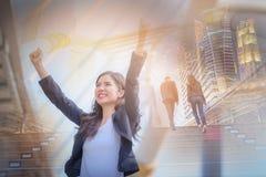 Bilden för dubbel exponering av affärskvinnan som ler med armar, up cel arkivbild