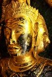 Bilden för hög kontrast av den guld- framsidan buddha skulpterar Arkivbilder
