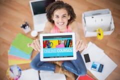Bilden för komposit 3d av datoren frambragte bild av online-utbildningsmanöverenheten på skärmen Royaltyfri Bild