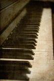 bilden keys det gammala pianot Arkivbild
