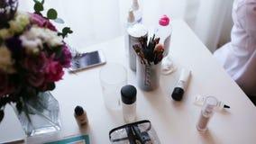 Bilden Sie Bürsten und proffessional Kosmetik, die vom Künstler für eine Hochzeit aufgetragen werden zu bilden stock video footage