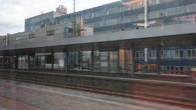 Bilden Sie Betrieb im Anschluss für senden und empfangen Passagiere an zentralem Bahnhof Nürnbergs aus stock video footage