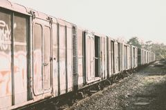 Bilden Sie Blockwagen, Teile des Fracht Railcar auf Hintergrund des blauen Himmels aus Stockbilder