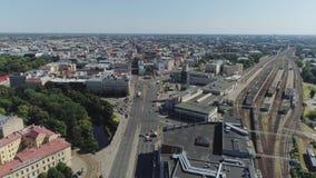 Bilden Sie Brücke und Eisenbahnen mit Zug in Slowmotion Flug Brummen Riga-Stadt nahe Brücke mit Autoverkehrsflug aus stock video