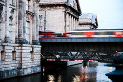 Bilden Sie das Bewegen über Brücke aus Stockbild