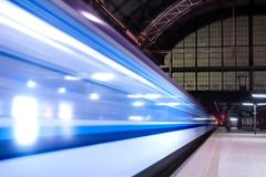 Bilden Sie das Schnellfahren durch Bahnhof mit ausgedehnter Bewegung aus Lizenzfreie Stockbilder