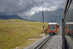Bilden Sie in der Bewegung und in den Schweizer Alpen-Bergen im Hintergrund aus Stockbilder