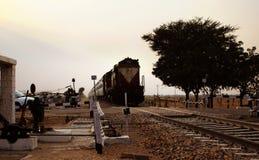 Bilden Sie die indische Bahnlokomotive aus, die durch ländliches Gebiet von Indien überschreitet Lizenzfreies Stockfoto