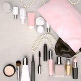 Bilden Sie die Tasche, Kosmetikprodukte und Mode-Accessoires, die gelegen sind Stockfotos