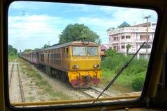 Bilden Sie Diesellokomotive auf Bahnhof Bangkoks, Thailand aus Lizenzfreie Stockfotografie