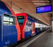 Bilden Sie an einer Plattform des hauptsächlichbahnhofs Zürichs aus Stockfoto