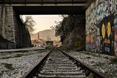 Bilden Sie Eisenbahn Whit die Ansicht über die Stadt aus Stockbild