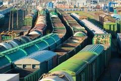 Bilden Sie Frachtstation mit vielen Autobehältern und -sattelschleppern aus Stockbilder