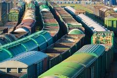 Bilden Sie Frachtstation mit vielen Autobehältern und -sattelschleppern aus Stockfotos