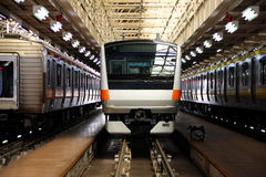 Bilden Sie im Depot, Massentrainsit in Japan aus. Lizenzfreie Stockbilder