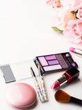Bilden Sie Produkte und Werkzeuge mit rosa Rosen Stockfotografie