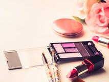 Bilden Sie Produkte und Werkzeuge mit rosa Rosen Lizenzfreies Stockfoto