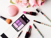 Bilden Sie Produkte und Werkzeuge mit rosa Rosen Stockfoto