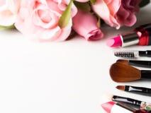 Bilden Sie Produkte und Werkzeuge mit rosa Rosenblumen auf Weiß Stockfoto