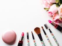 Bilden Sie Produkte und Werkzeuge mit rosa Rosenblumen auf Weiß Stockfotos
