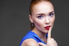 Bilden Sie Schöne blonde Frau Stockbilder