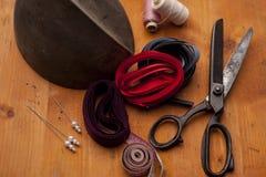 Bilden Sie sich auf Hüten mit Nadeln und dem SH powl Handwerkshutherstellerhuthersteller Lizenzfreie Stockfotografie