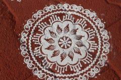 Bilden Sie sich von der Zeichnung, indem Sie das Reismehl/Kreidepulver verwenden, die in Süd-Indien geübt werden Lizenzfreie Stockbilder