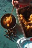 Bilden Sie sich zum Nachtisch mit Kaffeeeis, -serviette und -Untertassen zum Nachtisch Sizilianischer Granit lizenzfreie stockfotografie