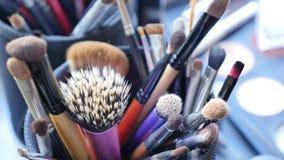 Bilden Sie Tabelle mit Berufsmake-upbürste Visagiste-Werkzeuge Verschiedene Bürsten für Kosmetik stock video footage