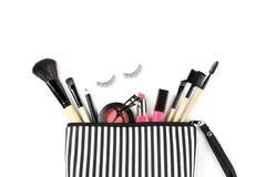 Bilden Sie Tasche mit verschiedenen den lokalisierten Kosmetik und Bürsten lizenzfreie stockbilder