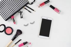 Bilden Sie Tasche mit verschiedenen den lokalisierten Kosmetik und Bürsten stockbilder